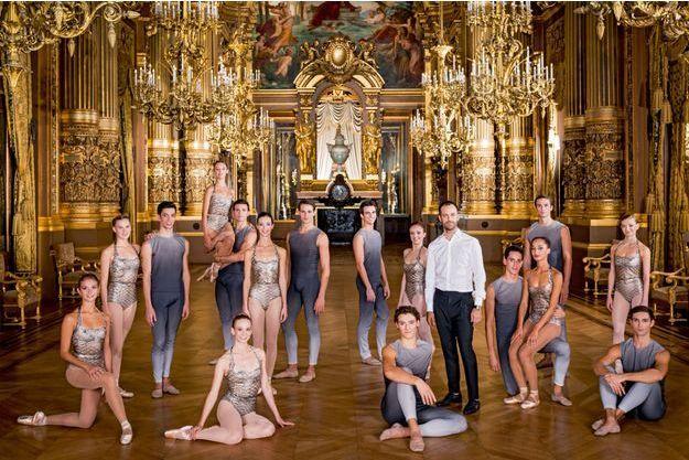 """Benjamin Millepied avec les 16 sujets et coryphées de sa création """"Clear, Lou, Bright, Forward"""", le 21 septembre 2015, dans le grand foyer de l'Opéra de Paris."""