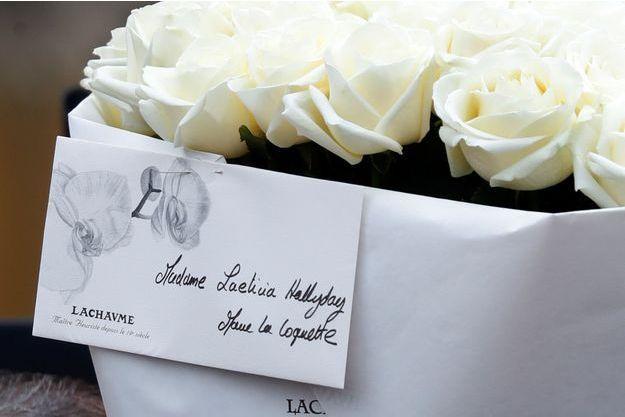 De nombreux fans ont déposé des fleurs pour Laeticia Hallyday.