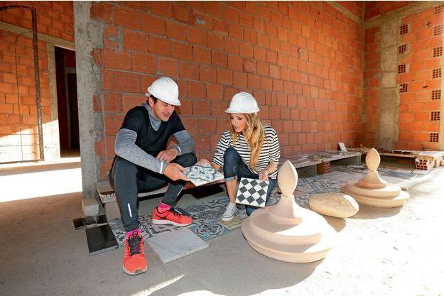 Adriana et son mari, Aram Ohanian, choisissent du carrelage sur le chantier de leur projet commun, Palais Ronsard, un hôtel 5 étoiles à Marrakech.
