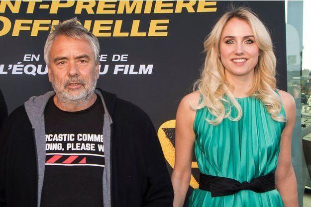"""Luc Besson et Sand Van Roy lors de l'avant-première de """"Taxi 5"""" aux Pennes-Mirabeau le 6 avril 2018."""