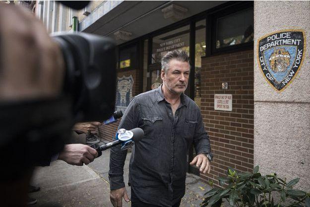 Alec Baldwin sortant du commissariat new-yorkais, le 2 novembre 2018