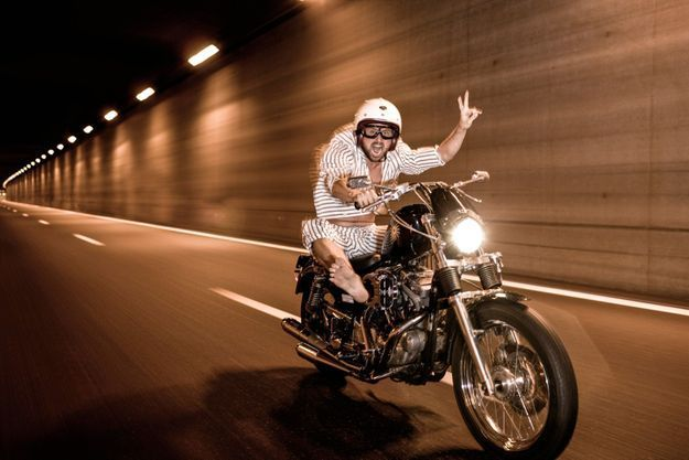 Sur sa Harley-Davidson 1200 Sportster, son joujou préféré. Un rêve d'enfant.