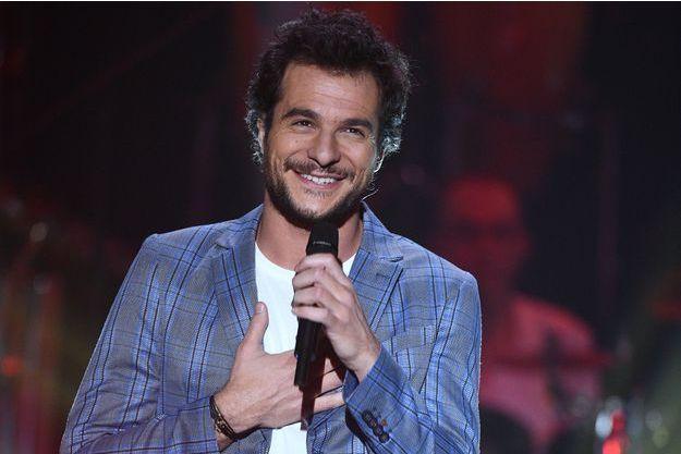 """Amir lors de l'émission """"Les années bonheur"""" présentée par P.Sébastien, diffusée le 16 février sur France 2."""