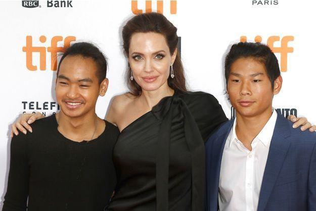 Angelina Jolie avec Maddox et Pax, à Toronto, le 11 septembre 2017
