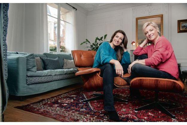 A l'aise dans leurs fauteuils, le 21 décembre, à Paris. Avant de s'installer en plateau, Anne-Claire partait sur le terrain et Anne-Elisabeth a fait beaucoup de radio.