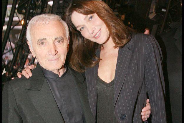 """Charles Aznavour et Carla Bruni en 2009 lors de l'enregistrement de l'émission """"Le Grand Anniversaire"""", sur TF1."""