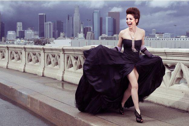 A Los Angeles, sur le pont Art déco de East 4th Street, après la soirée des Spirit Awards, qui couronnent les films indépendants. A son cou, un sautoir du joaillier Piaget, dont elle fut l'égérie.