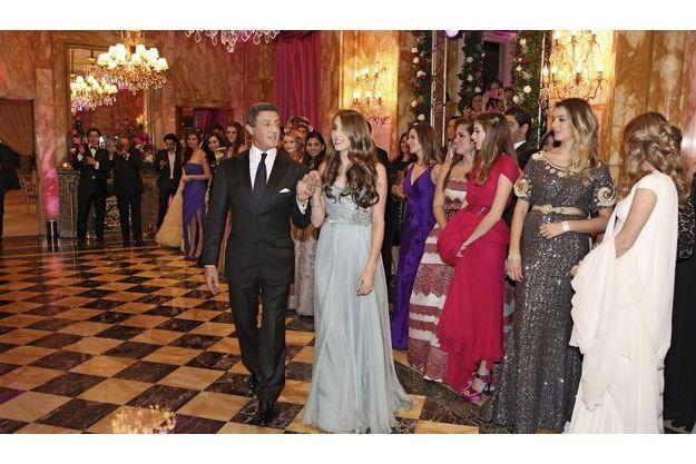 23 h 30, dans l'un des salons de l'hôtel de Crillon, à Paris. Les invités ont terminé leur dîner, Sylvester et Sophia Rose, en robe Elie Saab et bijoux FD Gallery, s'avancent sur la piste.