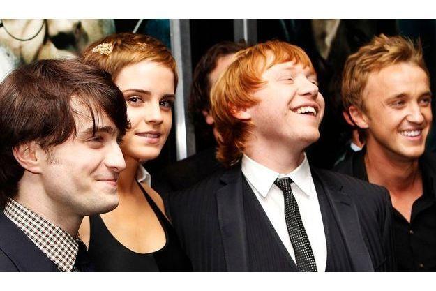 "Les quatre héros de la saga lors de la première des ""Reliques de la mort. Partie I"" à New York en 2010 (de gauche à droite) : Daniel Radcliffe, Emma Watson, Rupert Grint et Tom Felton"
