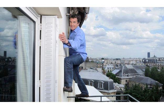 A 54 ans, François Cluzet aime toujours relever des défis. En jouant les acrobates au 7e étage sur le balcon d'un appartement parisien, il veut montrer que la vie ne tient qu'à un fil.Il reste pourtant persuadé qu'après la chute on peut se relever...