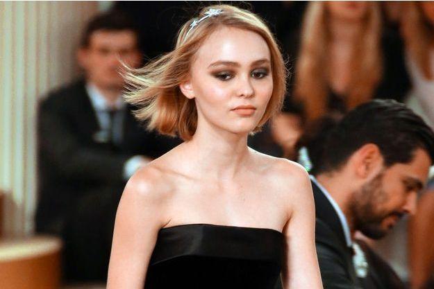 Lily-Rose à la Fashion Week 2015-2016 de Paris.