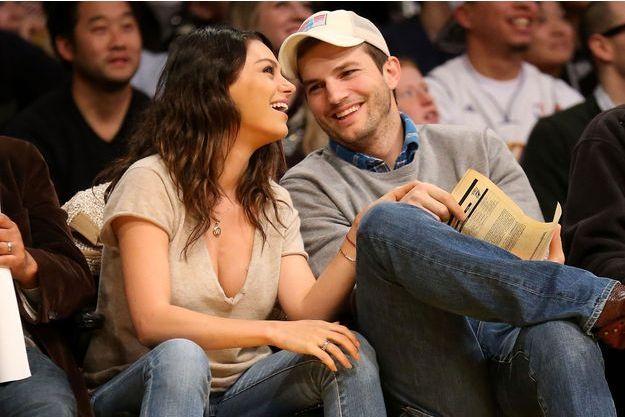 Ashton Kutcher et Mila Kunis à un match de basket en décembre 2014.
