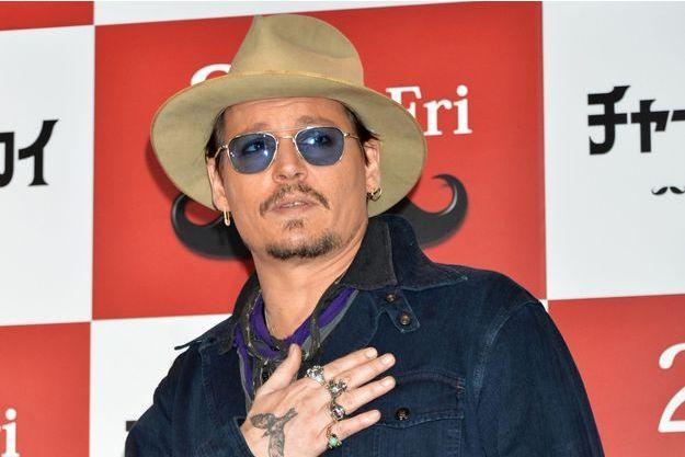 Johnny Depp souffrant lors d'une conférence de presse à Tokyo