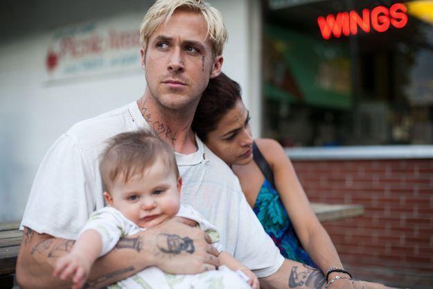 """Ryan Gosling et Eva Mendes, parents dans """"The Place Beyond The Pines"""", le film de leur rencontre."""