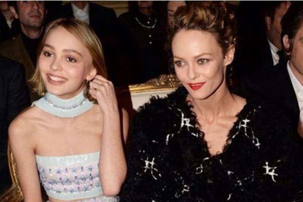 Première apparition publique de Lily-Rose, avec sa mère Vanessa Paradis, au défilé Chanel Paris-Salzburg, le mardi 31 mars à New York.