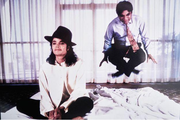 Deepak Chopra, ici avec Michael Jackson, surnommé « le gourou de Hollywood », donne des recettes de bien-être. Il a créé en Californie un centre de soins basé sur l'ayurvéda.