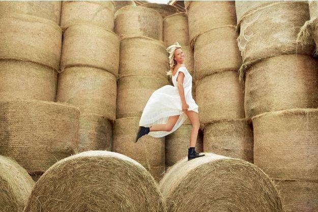 Blonde comme les blés… de Normandie, sa région natale, le 8 juillet. Elle confie : « Quand j'ai commencé dans la mode, j'ai très vite incarné la femme saine, nature. » Un atout devenu sa signature.