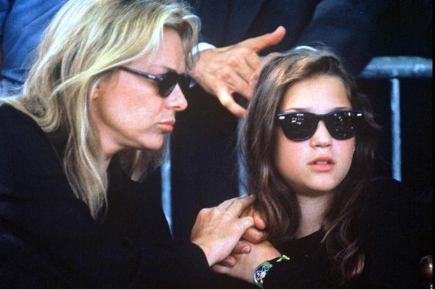 Pauline Berger aux côtés de sa mère France Gall lors des obsèques de son père Michel Berger en 1992.