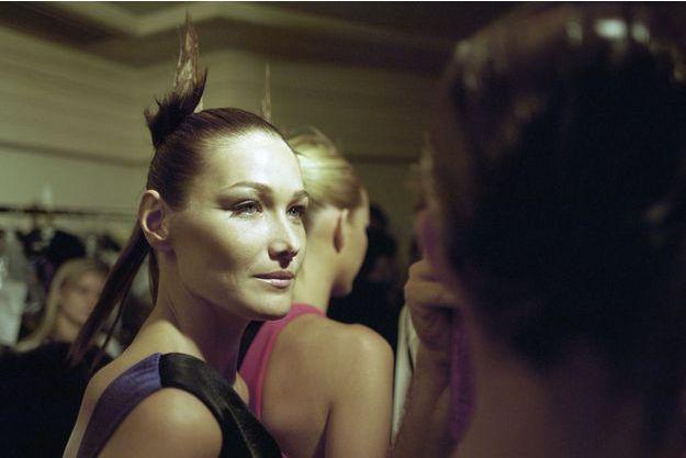 Carla Bruni dans les coulisses du défilé Versace, collection haute couture automne-hiver 1996-1997