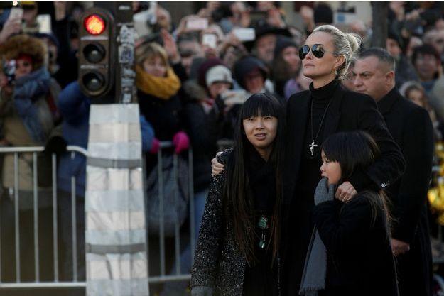 Laeticia Hallyday et ses filles Jade et Joy lors de l'hommage populaire à Johnny, le 9 décembre à Paris.