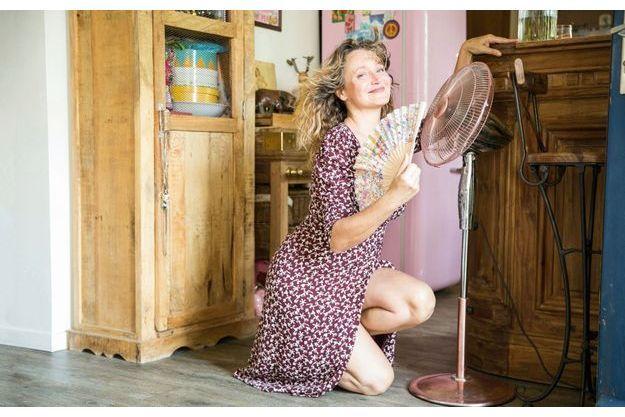 Dans sa maison de Champigny-sur-Marne. Un jour de chaleur équatoriale, Julie se réfugie dans sa cuisine