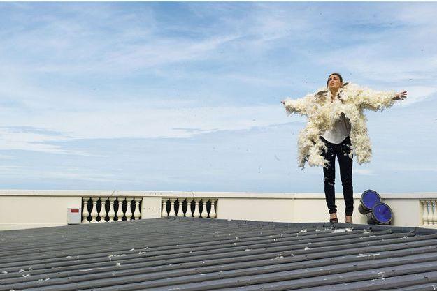 Le 3 septembre, sur le toit du casino de Trouville, Julie Gayet prend la pose.