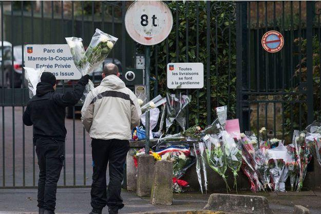 Des fleurs en hommage à Johnny Hallyday devant sa maison de Marnes-la-Coquette, après sa mort, le 6 décembre dernier.