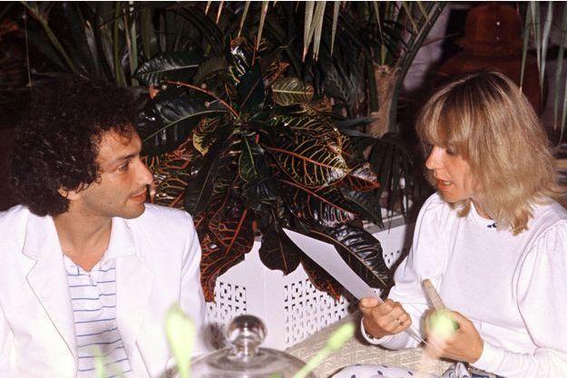 Michel Berger et sa femme France Gall à une soirée blanche chez Eddie Barclay dans sa villa de Saint-Tropez.
