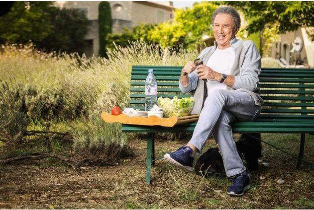 Pique-nique à la bonne franquette dans sa maison d'Eygalières, près des Baux-de-Provence. Une fine lame pour découper un radis noir, arrosé d'eau minérale.