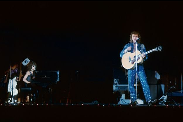 Palais des Sports - Octobre 1971 : Johnny Hallyday sur scène à la guitare, accompagné au piano par Michel Polnareff.