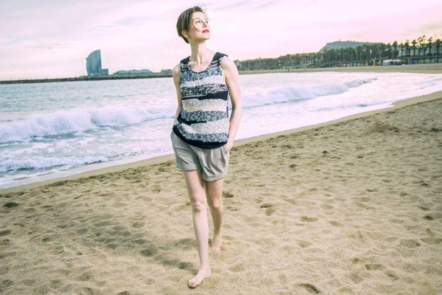 Sur une plage de Barcelone. Sportive émérite, Elettra pratique la randonnée, le raft et le VTT en montagne.