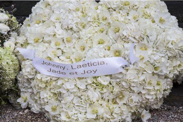 Le bel hommage de Laeticia Hallyday et de ses filles, Jade et Joy, à France Gall, cimetière de Montmartre, le 12 janvier 2018.