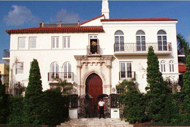La maison de Gianni Versace à Miami gardé par un policier après l'assassinat du couturier.