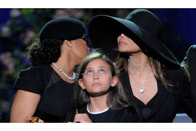 Paris, entourée de ses tantes Janet et Latoya.
