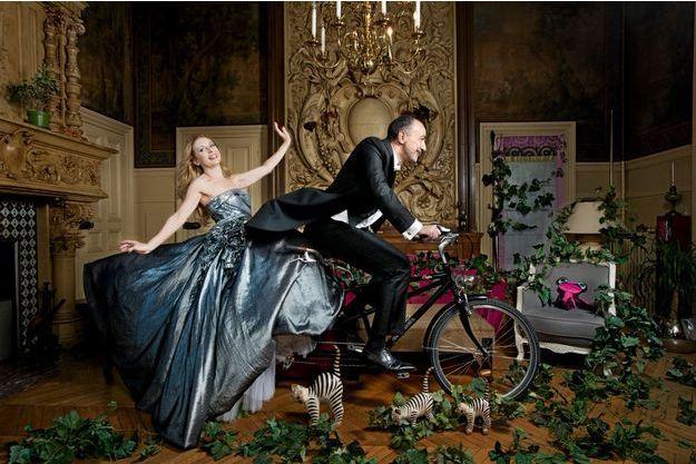 Quart d'heure sportif dans le salon de leur maison de La Varenne-Saint-Hilaire, dans une de ses robes de gala.
