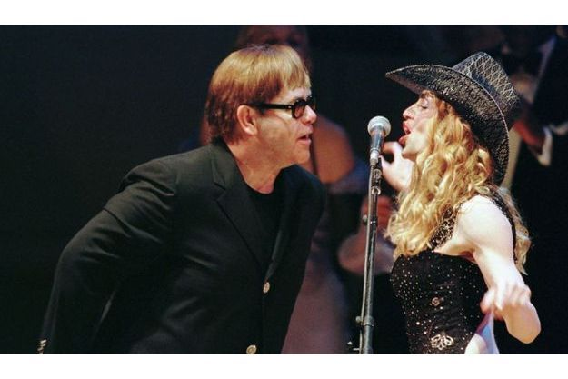 Madonna et Elton John ensemble en concert à New York en 1998.