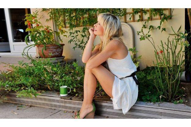 Vendredi 30 septembre, à Meudon, Romane Serda, dans le jardin de la villa où elle vivait avec Renaud. Ils ont continué à cohabiter pendant leur divorce, mais la jeune femme a déménagé le 1er octobre, au lendemain de cette photo.
