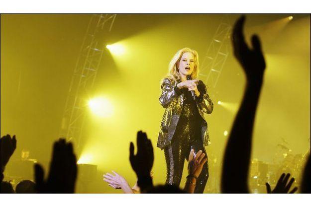 Sylvie Vartan dans un ensemble Karl Lagerfeld, en scène face à son public en 2004 à Rouen.