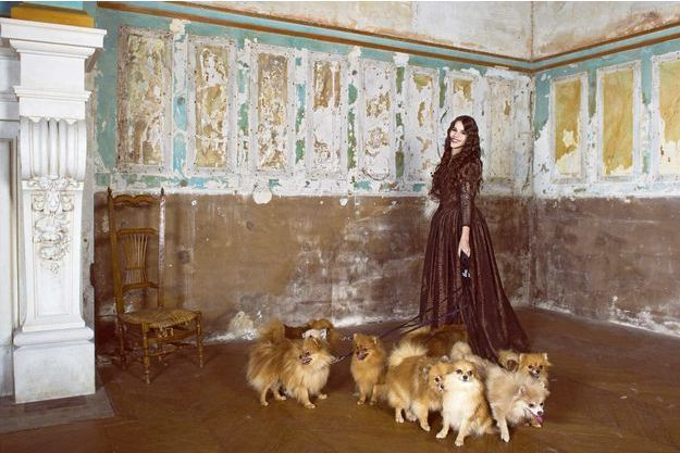 Marina Kaye en costume élisabéthain, son style préféré, avec sa chienne Julia (sous son bras), et une dizaine des spitz nains de l'élevage du Castel de Boissière.