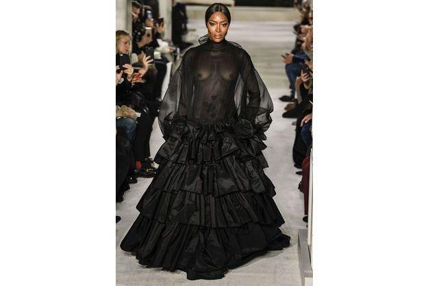 e516bc4c082 Naomi Campbell défile en robe transparente pour Valentino