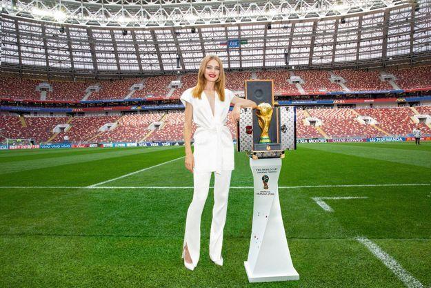Avant la cérémonied'ouverture, le 14 juin, dans le stade Loujniki encore vide, Natalia Vodianova s'apprête à présenter le trophée de la Coupe du monde dans son écrin Louis Vuitton.