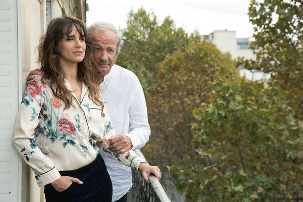 Père et fille, sur le balcon de l'appartement de Patrick, dans le VIIe arrondissement de Paris.
