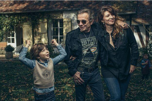 Lunettes noires et bijou tête de mort. Dans sa maison du Vexin, Philippe Manœuvre avec sa femme Candice et leur fils aîné Ulysse, 6 ans.
