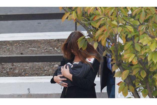 Dimanche 23 octobre, peu après 14 heures : quatre jours après la naissance de sa fille, Carla Bruni-Sarkozy quitte la clinique.
