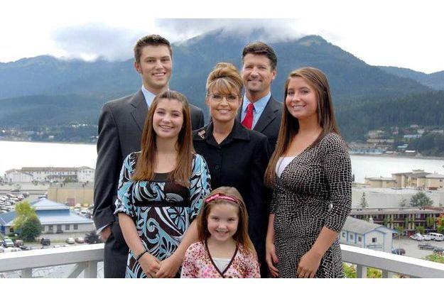 La famille Palin photographiée en 2008: de G. à D. et de haut en bas: Track, Todd, Willow, Sarah, Bristol, et Piper.