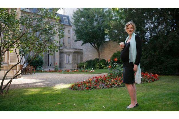 Thé au ministère. Le lundi 20 juillet, dans les jardins de son secrétariat d'Etat. Elle prend son thé... sans sucre. Enceinte de 7 mois, Nathalie Kosciusko-Morizet est déjà maman d'un petit Paul-Elie, 4 ans.