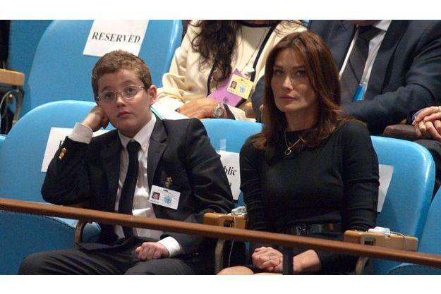 Louis, le fils du président, et Carla Bruni-Sarkozy, ont rendu visite avec Nicolas Sarkozy à Richard et Cecilia Attias.