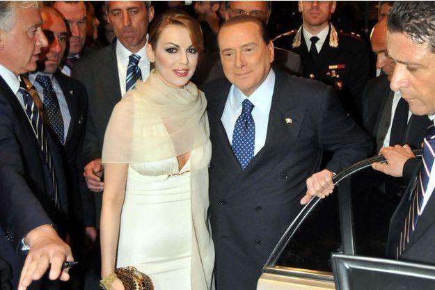 Silvio Berlusconi et son ancienne fiancée Francesca Pascale photographiés à Bari, en avril 2013.