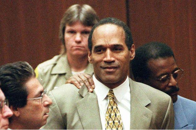 Septembre 1995 : Robert Kardashian (à gauche), l'un des avocats de la Dream Team de la défense d'O.J. Simpson (au premier plan)