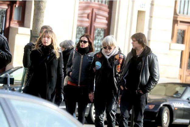 Renaud, 66 ans, aux obsèques de son frère Thierry, accompagné de son ex-femme Romane Serda (à g.) et de sa fille, Lolita Séchan. Au cimetière du Montparnasse, le 16 janvier.